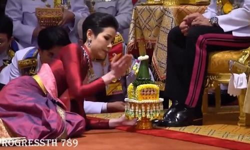 Nhà vua Thái Lan sắc phong nữ y tá làm hoàng phi