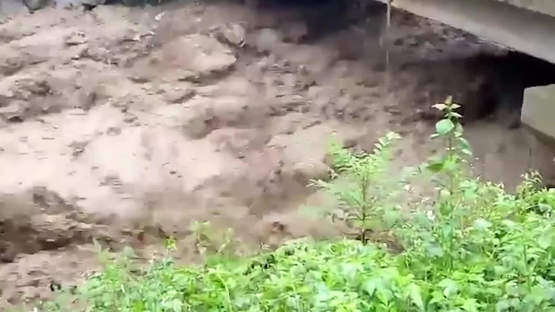 Video Nhiều xã ở Thanh Hóa bị cô lập do mưa lũ, một người chết