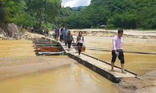Cầu phao tạm qua sông Luồng