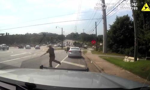 Cảnh sát Mỹ bị quái xế hất văng lên đường cao tốc