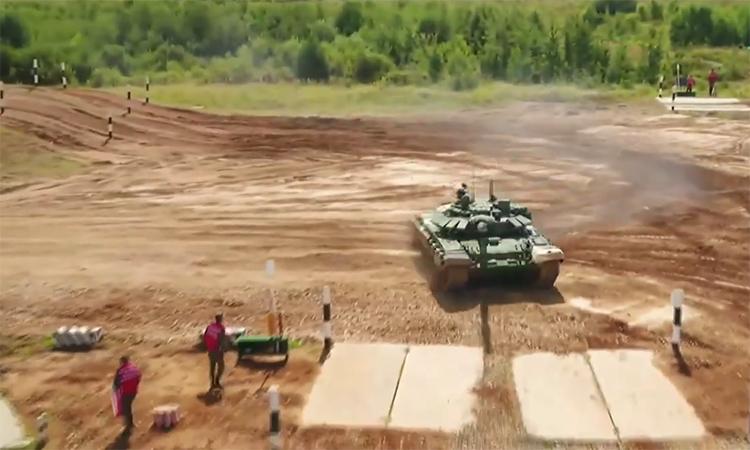 Lính tăng Syria suýt lao T-72 vào quân nhân Nga trên đường đua