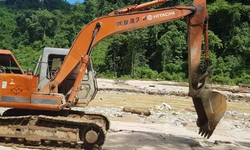 Máy xúc lục tung đống đổ nát tìm người mất tích ở Sa Ná