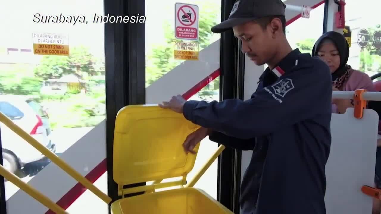 Thành phố Indonesia đổi rác thải nhựa lấy vé xe buýt