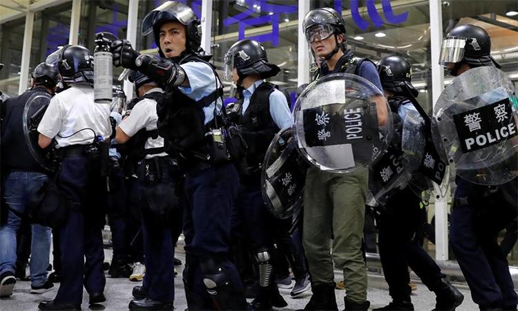 Cảnh sát đụng độ người biểu tình tại sân bay quốc tế Hong Kong