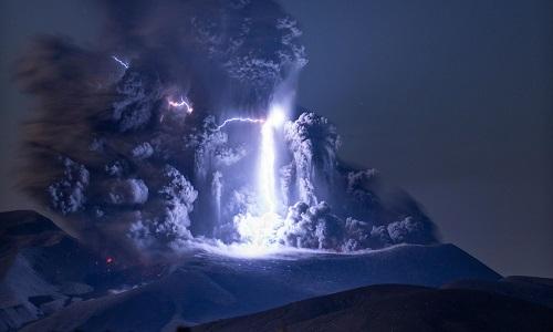 Sét giáng trúng núi lửa đang phun trào ở Nga