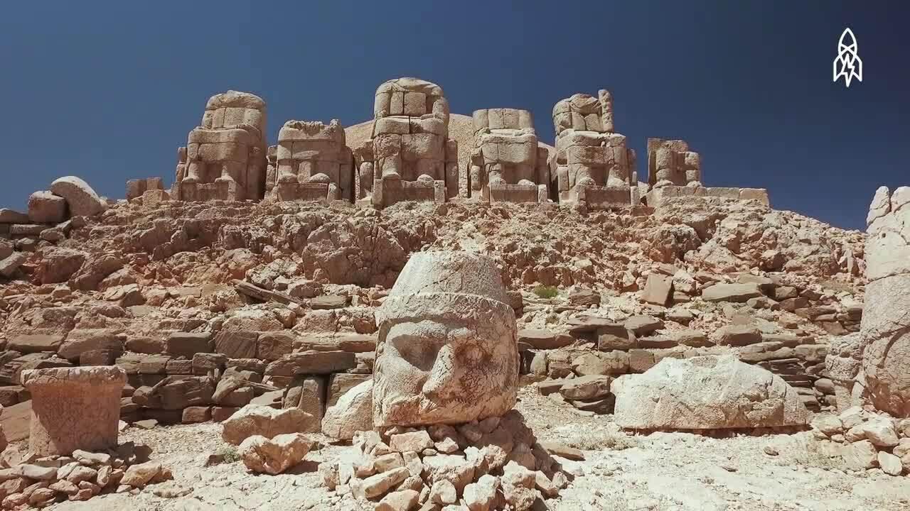 Những khuôn mặt đá khổng lồ trên đỉnh núi Thổ Nhỹ Kỳ