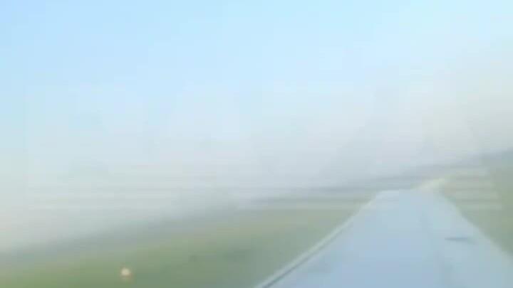 Hành khách ca ngợi phi công Nga hạ cánh xuống đồng ngô
