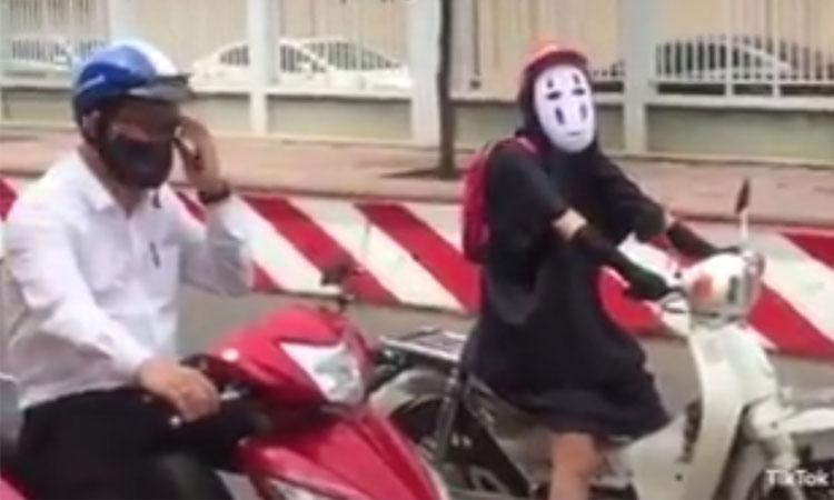 Nữ sinh hóa thân thành Vô Diệm khi đến trường