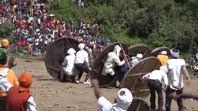 Hơn 120 người bị thương trong lễ hội ném đá ở Ấn Độ