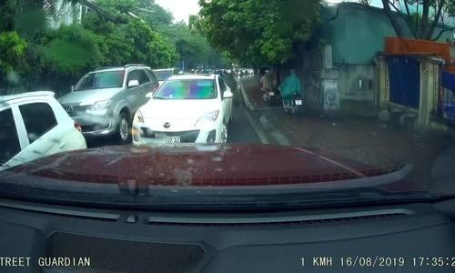 """Mazda trắng """"cướp"""" đường giờ tan tầm tại Hà Nội"""