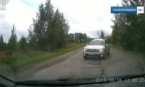 Hai ôtô đấu đầu khi tài xế cùng tránh nhau