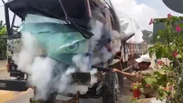 Xe tải tông gãy barie trạm thu phí BOT rồi bốc cháy