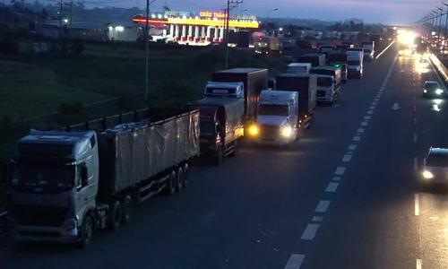 Hàng nghìn tài xế dừng xe trên cao tốc Trung Lương để ngủ
