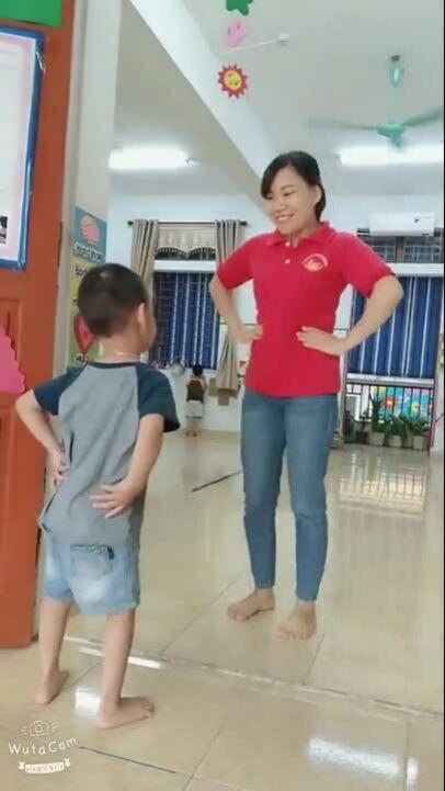 Màn chào học sinh của cô giáo mầm non khiến nhiều người thích thú