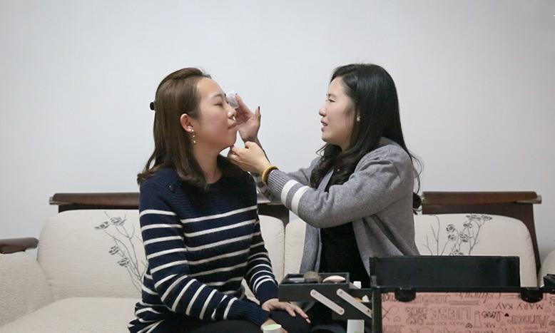 Cô gái khiếm thị Trung Quốc làm cố vấn trang điểm