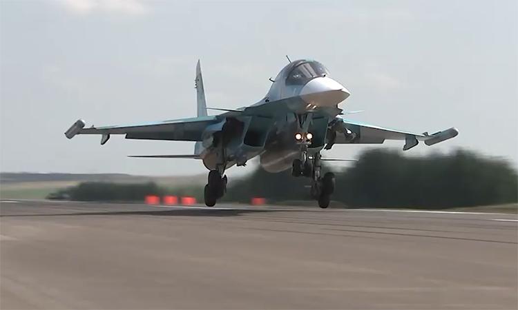 Máy bay quân sự Nga tập cất hạ cánh trên cao tốc