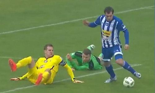 Cầu thủ sút ra ngoài khi đi bóng qua hậu vệ và thủ môn