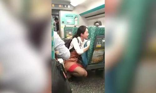 Nữ tiếp viên Đài Loan dành một giờ an ủi hành khách