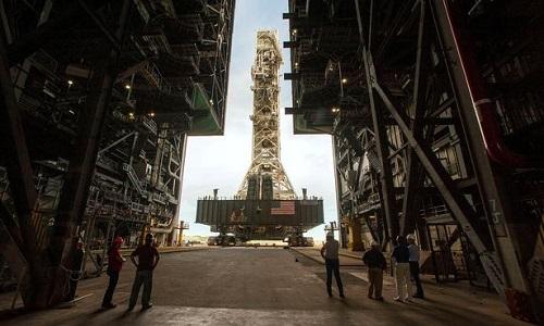 NASA đưa bệ phóng tên lửa đi tránh bão
