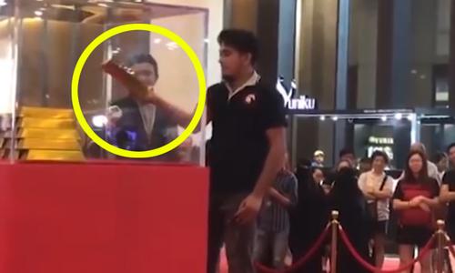 Chàng trai Malaysia gây kinh ngạc khi lấy thỏi vàng 7 kg
