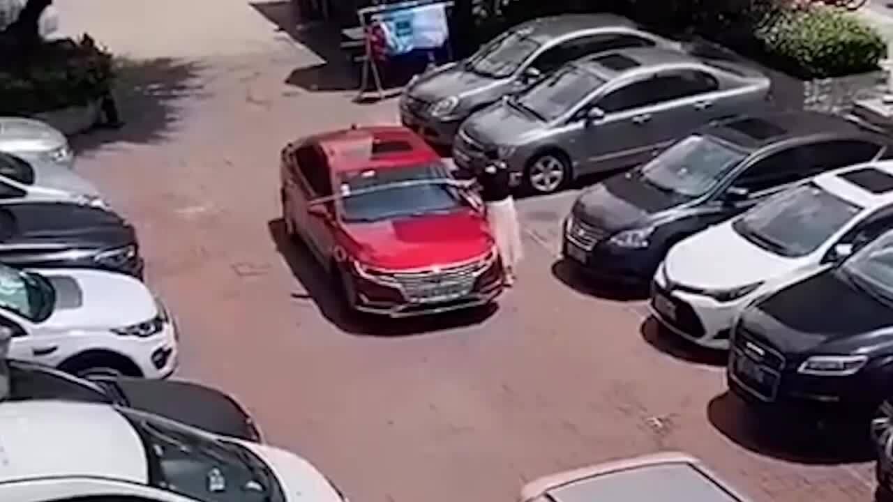 Nữ tài xế đo chiều rộng ôtô trước khi đỗ