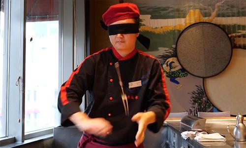 Bếp trưởng Trung Quốc bịt mắt tung dao, vẽ tranh bằng trứng