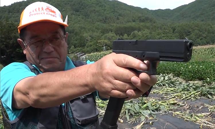 Nông dân dùng súng hơi dọa khỉ