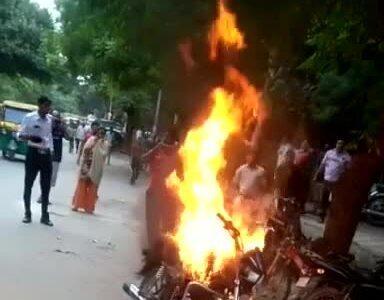 Người vi phạm tự đốt xe máy