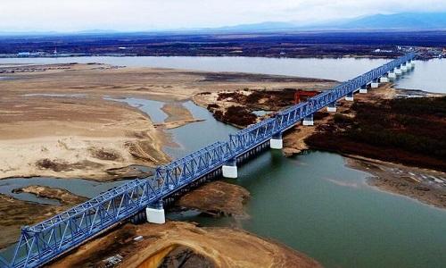 Cầu đường sắt xuyên biên giới Nga - Trung nhìn từ trên cao