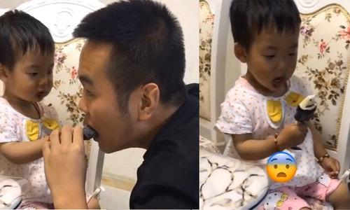 Em bé òa khóc khi bị bố ăn mất phần