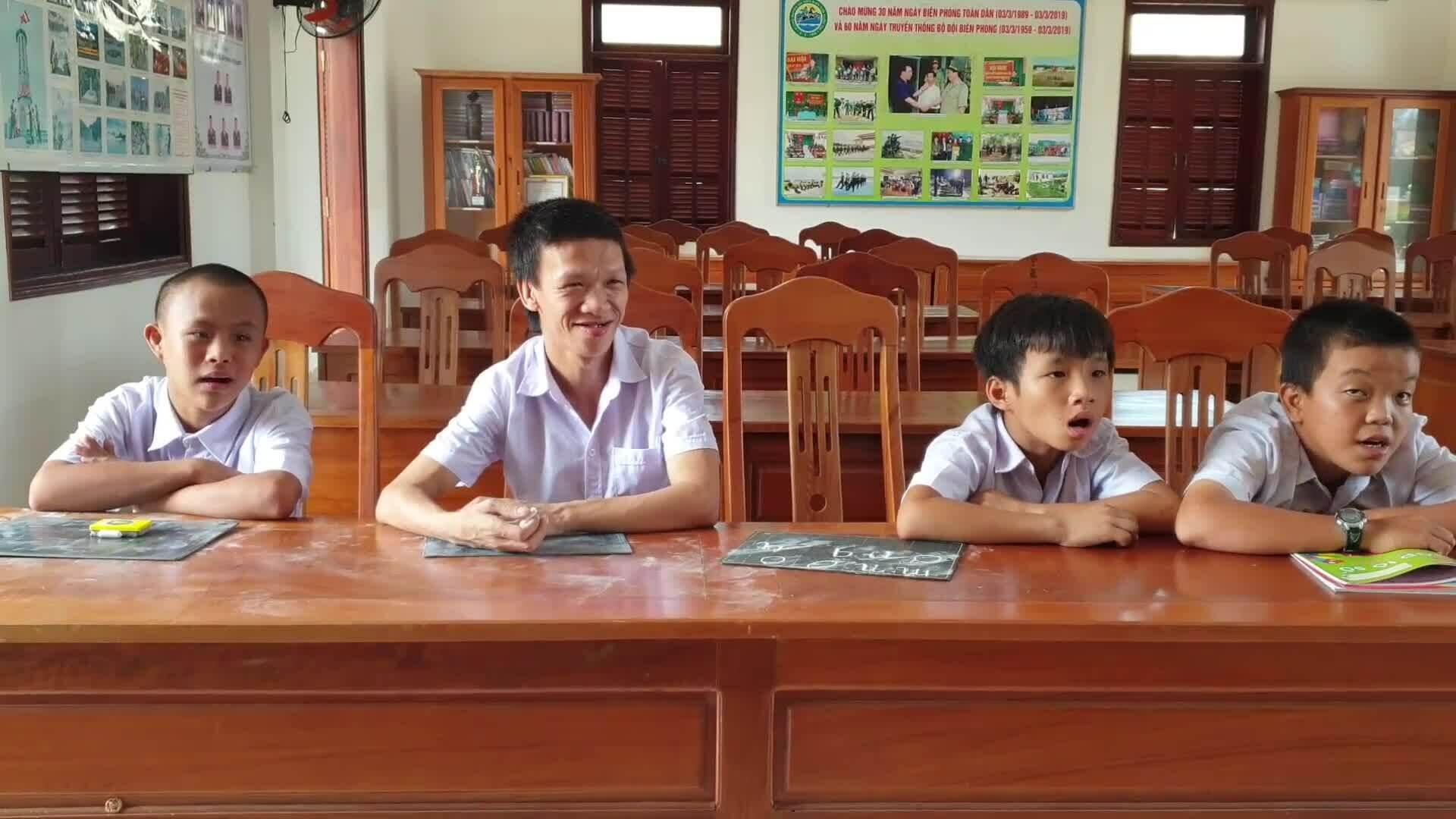 Lớp học của trẻ khuyết tật trong đồn biên phòng