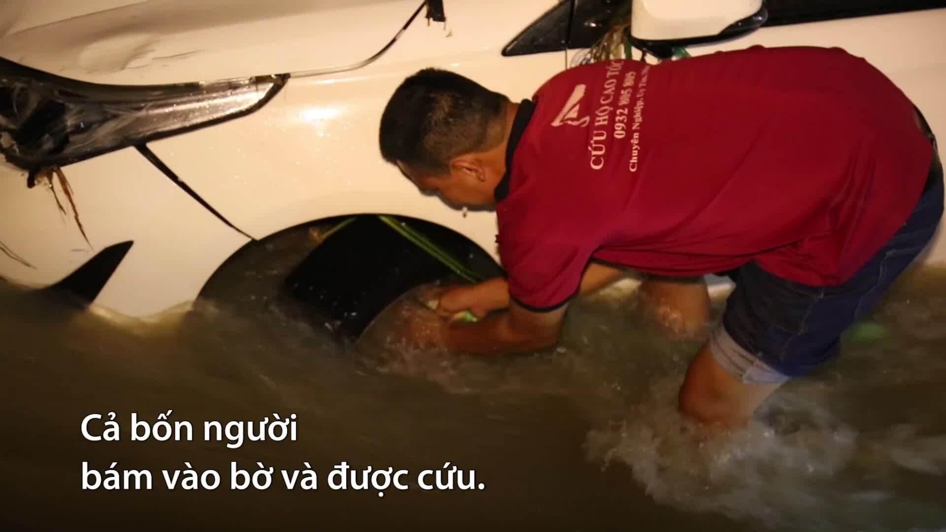 Ôtô cùng 4 người trôi xuống suối