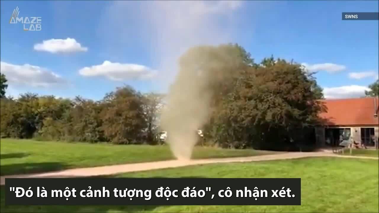 Lốc bụi cao 3 m hình thành giữa bãi cỏ