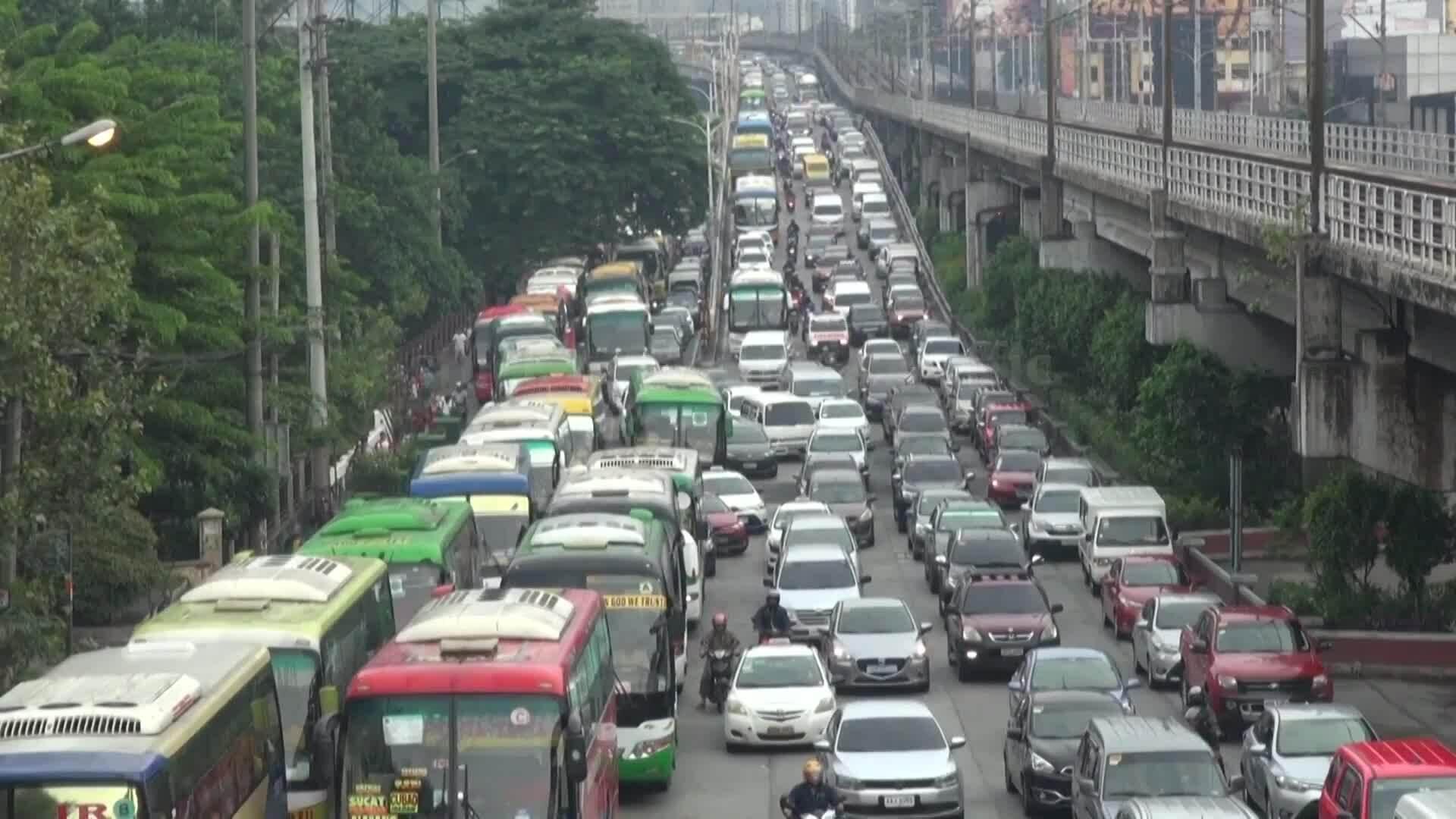Những xe cứu thương kẹt cứng giữa Manila