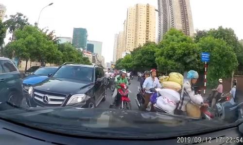Đoàn xe nối đuôi nhau lấn làn ngược chiều khi dừng chờ đèn đỏ. (Nguồn: OFFB)