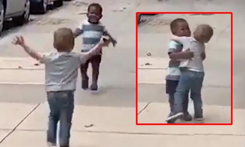 Hai em bé ôm nhau thắm thiết sau 2 ngày không gặp