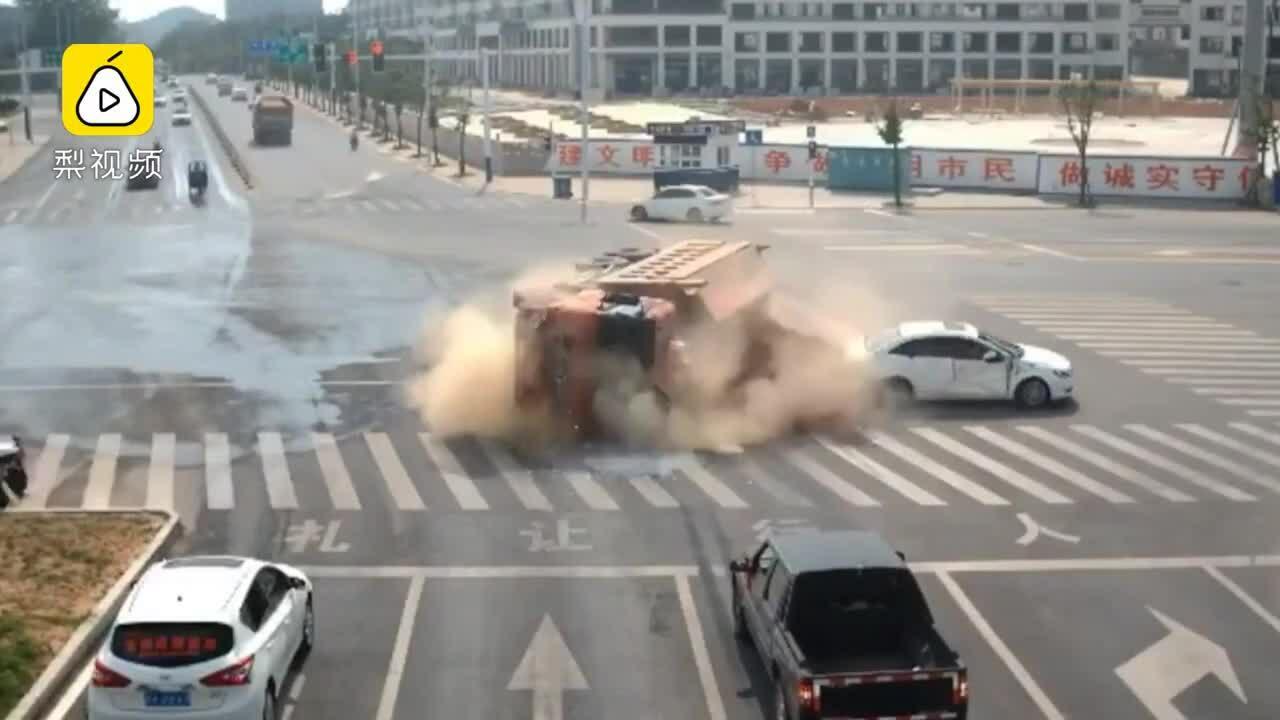 Xe ben chở cát suýt đè bẹp ôtô con