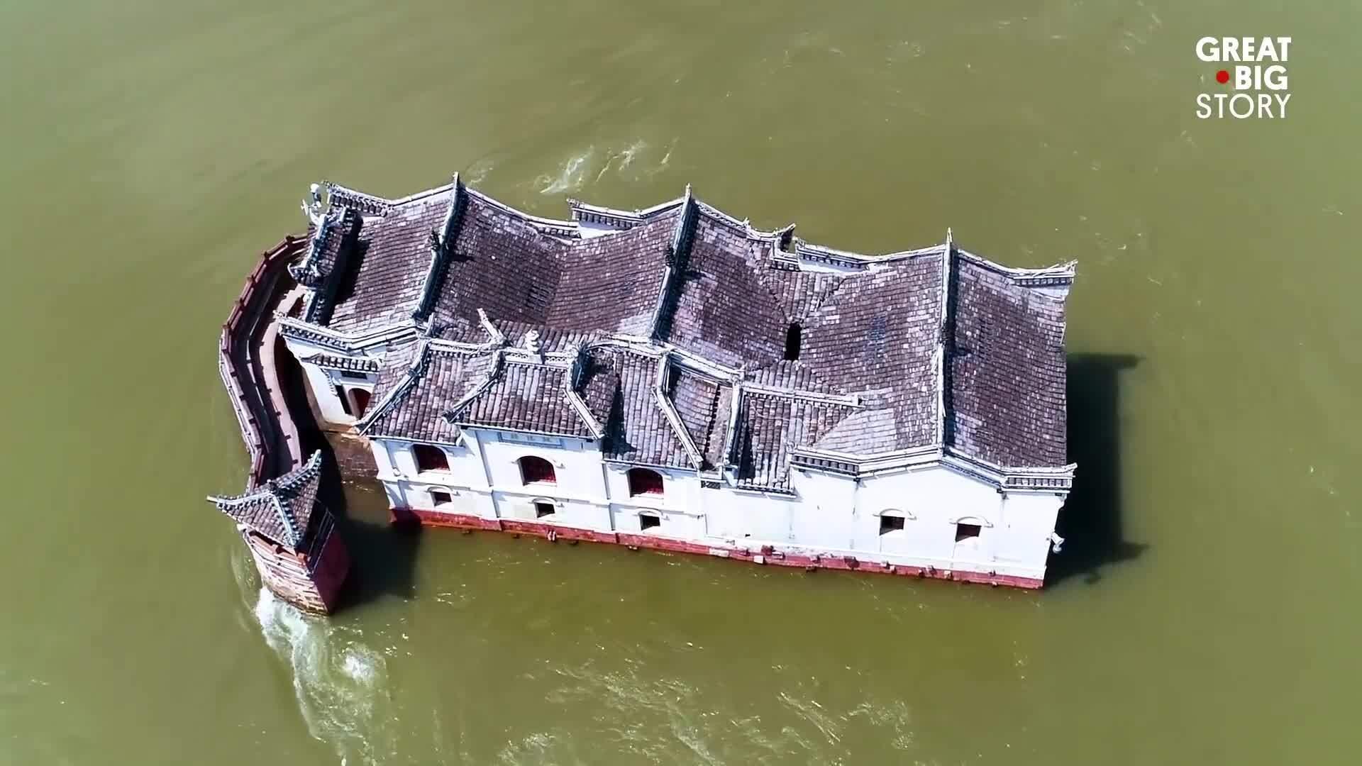 Ngôi đền 700 năm đứng vững giữa lòng sông Trường Giang