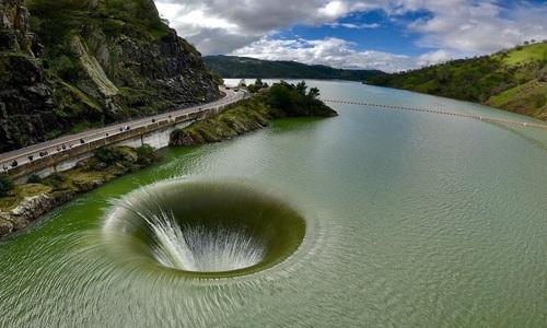 Xoáy nước nhân tạo giữa lòng hồ Mỹ