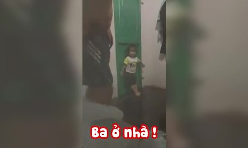Con gái chặn cửa quyết không cho bố đi nhậu.