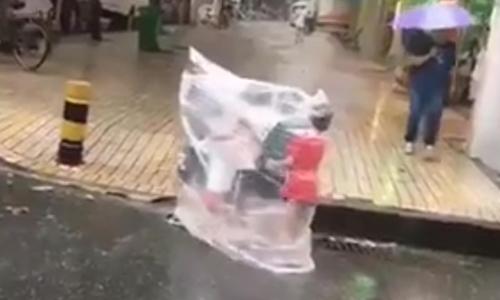 Đám trẻ dùng 'IQ vô cực' để tránh bị ướt mưa
