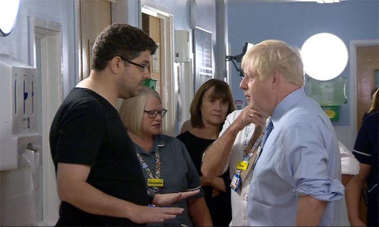 Cha bệnh nhi gay gắt với Thủ tướng Anh