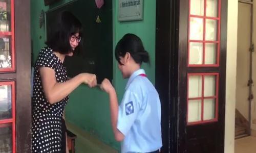 Cô giáo ôm học sinh trước giờ vào lớp