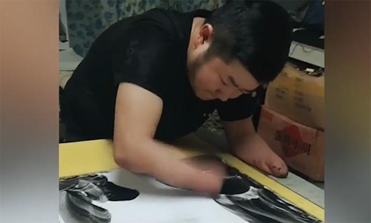 Nghệ sĩ không tay chuyên vẽ tranh thủy mặc