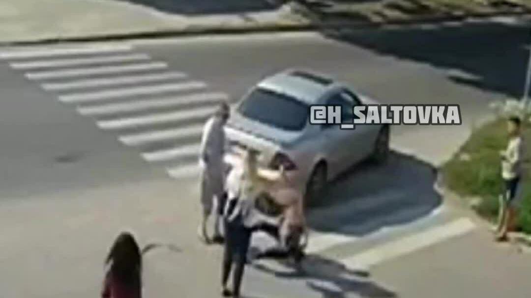 Tài xế Mercedes xuống tát cô gái đi bộ