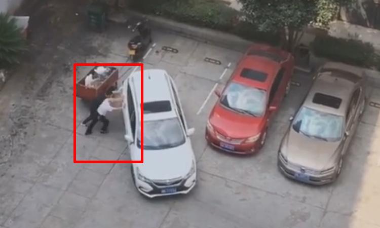 Tài xế ôtô bất lực khi lùi xe vào chỗ đỗ