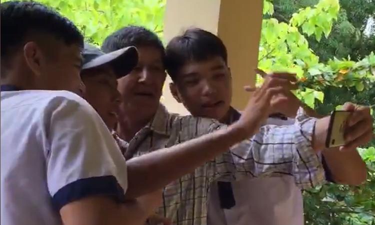 Thầy giáo 'choáng' khi thử điện thoại mới cùng học trò