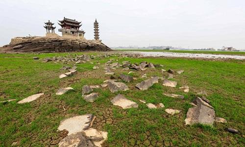 Hòn đảo 1.000 năm tuổi nhô lên giữa lòng hồ khô cạn