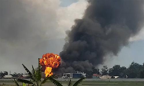 Người biểu tình đốt tòa nhà chính phủ