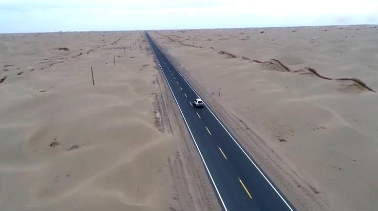 Đường cao tốc giữa sa mạc dài 136 km